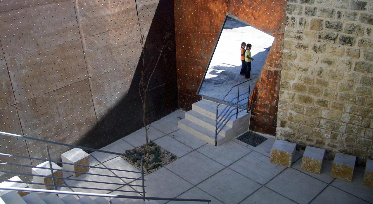 11. AK Courtyard11.2005